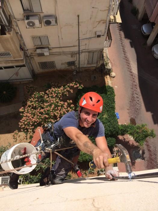 תיקון אינסטלציה בסנפלינג בתלייה מגג בניין